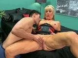 sesentona practicando anal con un jovencito