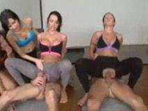 se hace pasar por profesor de yoga para follarse a sus alumnas