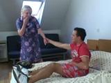 Pilla a su compañero de piso masturbándose