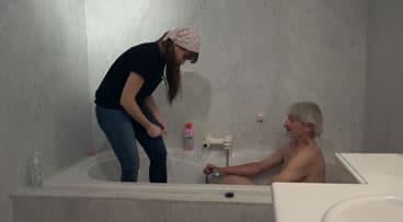 Anciano insiste en ver a su asistenta desnuda