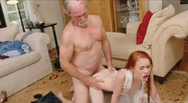 Linda pelirroja se follo este viejo