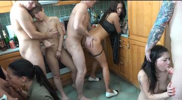 Fiesta swinger en la cocina de la casa