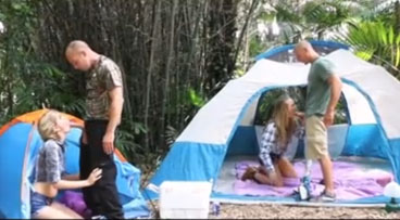 Dos jovencitas rubias folladas en campamento de sexo