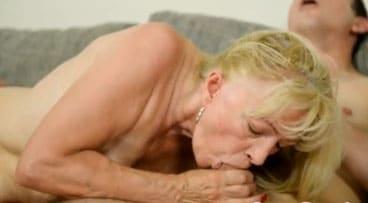 Anciana rubia se traga todo el semen de un jovencito