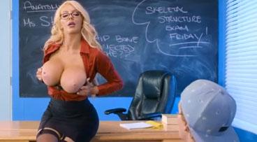 Profesora con grandes tetas seduce a un jovencito estudiante