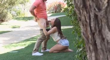 La zorrita se come la polla de su novio en un parque público