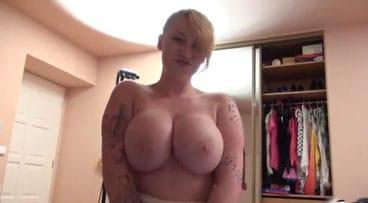 Rubia con tetas gordas haciendo una mamada casera