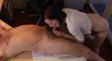 Secretaria pelirroja salva su empleo follando con su jefe