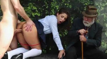 Puta callejera follando frente a un pobre anciano en la calle