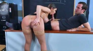Profesora de inglés disfrutando la polla del alumno que llega tarde