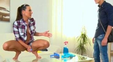 La chica de limpieza se estaba masturbando en su horario de trabajo
