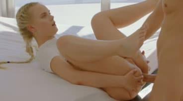 Preciosa modelo rubia disfrutando una follada anal después del trabajo