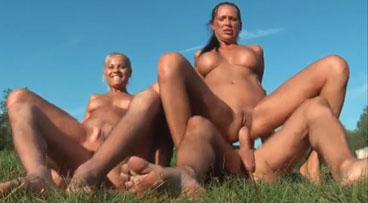 Dos putas europeas follando con dos turistas en el parque