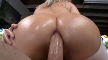 Clavando el agujero anal de una rubia con culazo