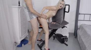 Ardiente delgadita rusa gozando su primera clavada anal
