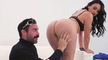 Culona follando con el director de un videoclip