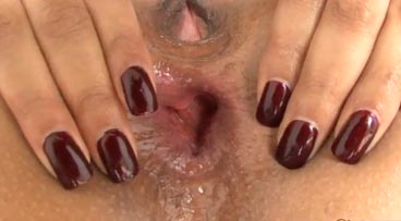 Morena tetona con el culo bien abierto