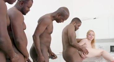Rubia follando con cuatro negros ella sola