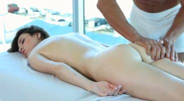 Blanquita delgada en un rico masaje con follada