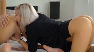 A la rubia le gusta comerle el culo a su novio